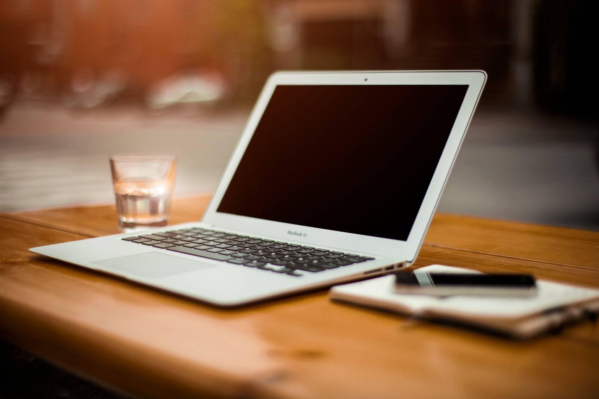 设计制作所有页面,开发网站后台程序,数据库等功能,与前台网页结合